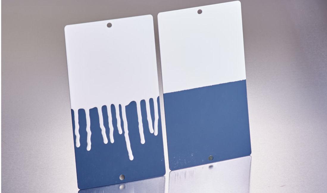 (右)AEROSIL®を添加した塗料は安定性を維持  (左)添加しない塗料は流れ落ちる