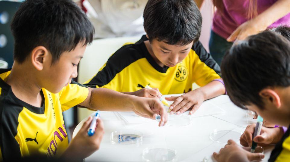 シリカを使った実験で迷路を作る子ども達。